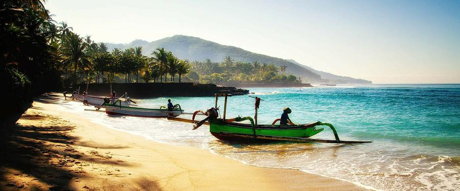 Doordat Bali een eiland is, ben je nooit ver weg van de warme zeeën en zijn kleurrijke inwoners.