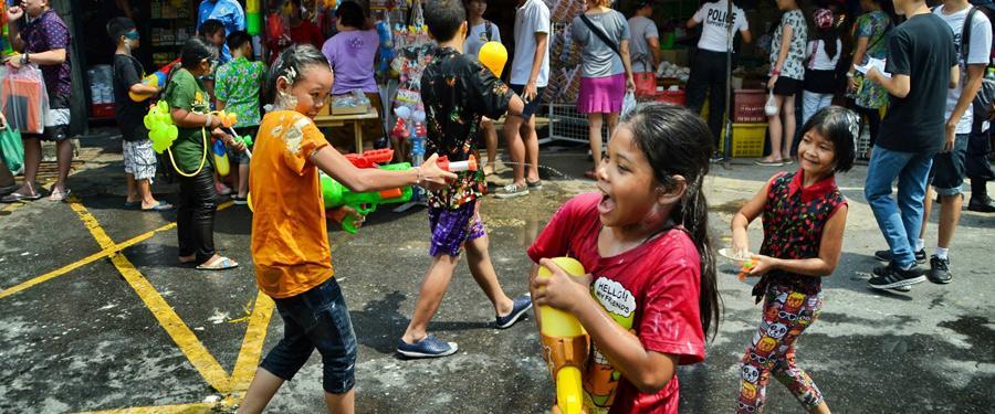 Songkran, het Thaise nieuwjaar, wordt met waterpistolen gevierd in Bangkok!