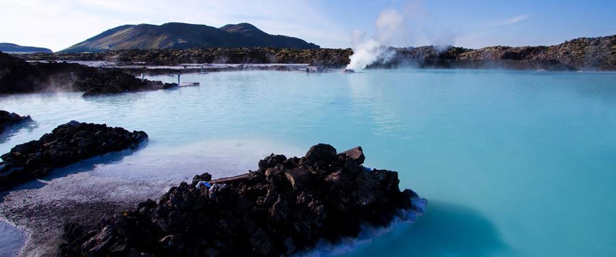 De 'Blue lagoon' ligt op minder dan een uurtje van Reykjavik. Dit buitenbad is gevuld met thermische wateren.