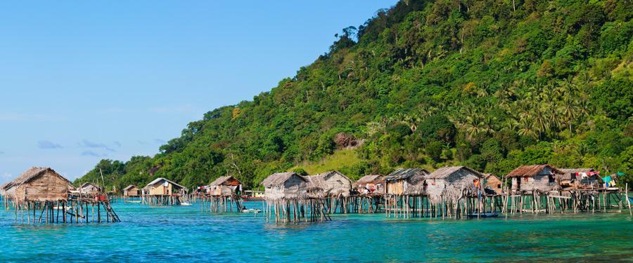 De huizen van de zeenomaden in Borneo (aan de Maleisische kant).