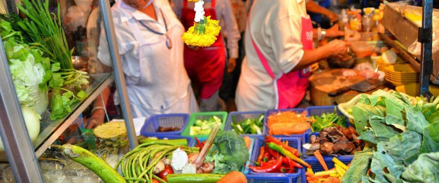 Overal in Chiang Mai staan kraampjes met streetfood! Spotgoedkoop en OVERHEERLIJK!