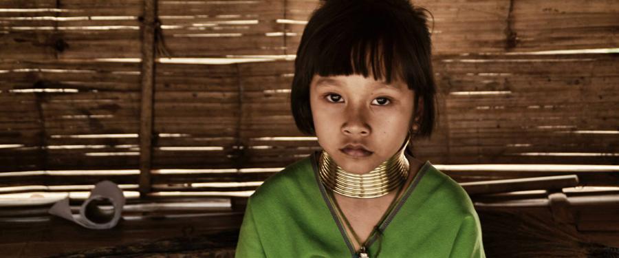 Een jong meisje van de Long Neck Tribe.