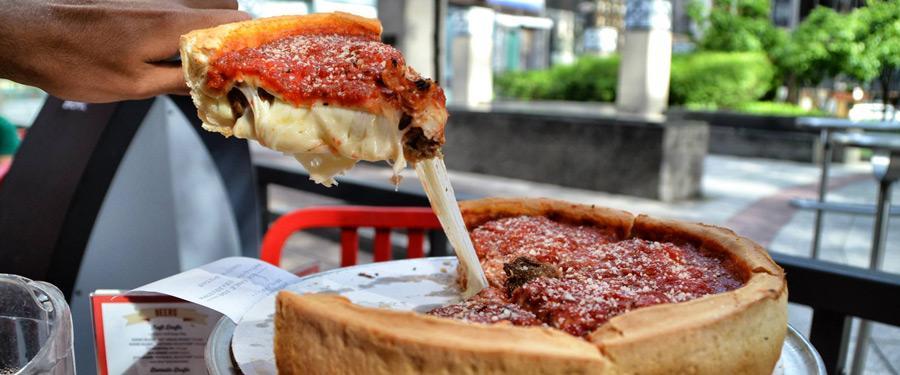 Probeer de lokale specialiteit zeker uit! De Chicago deep dish pizza is overheerlijk!