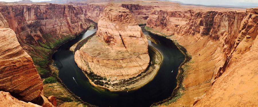 De Colorado River draait zich in ongeziene bochten! De Horseshoe bend is gigantisch en adembenemend!