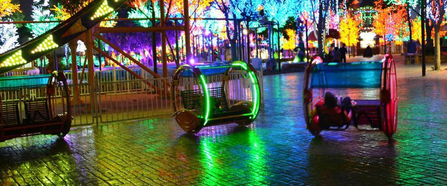 I city, net buiten Kuala Lumpur. Een klein pretpark dat 's avonds helemaal oplicht! Kerst bij 30°C!