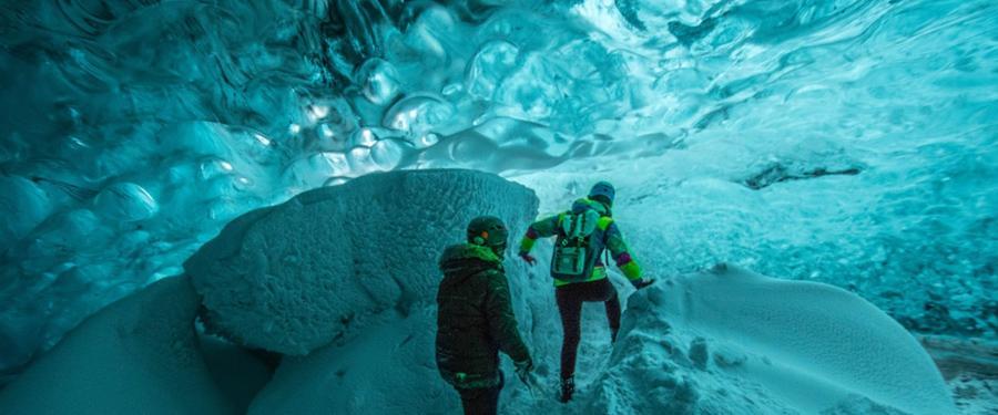 De ijsgrotten onder Ijsland zien er ieder jaar weer anders uit. Dit was één van mijn mooiste excursies die ik ooit deed!