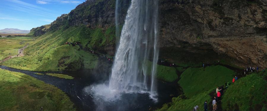 Honderden watervallen denderen met een ongeziene kracht naar beneden in Ijsland.