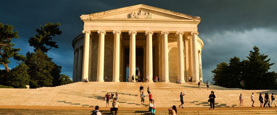 Het Lincoln Memorial maakt deel uit van de reusachtige Reflective Pool. Een reuzegroot standbeeld van Abraham Lincoln zit hier permanent te waken.
