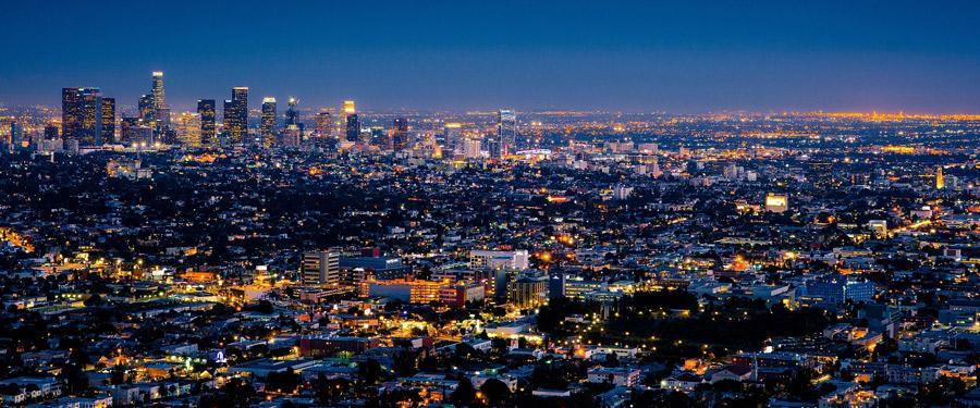 De skyline van Los Angeles wordt 's avonds en 's nachts prachtig verlicht.