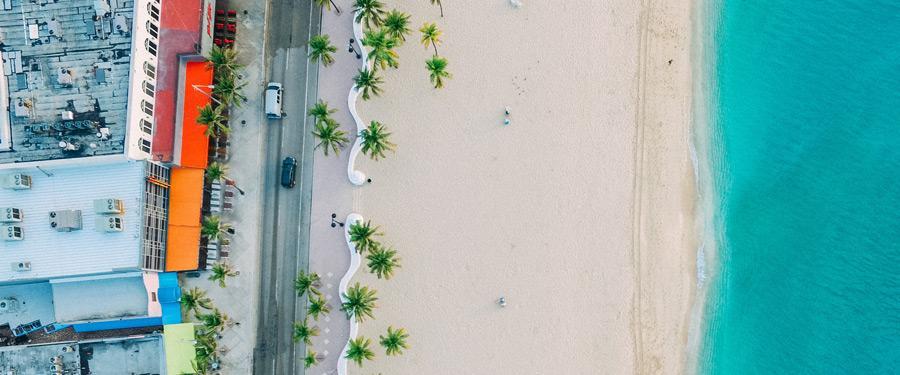 Een bovenaanzicht van de prachtige, met palmbomen versierde stranden van Miami.