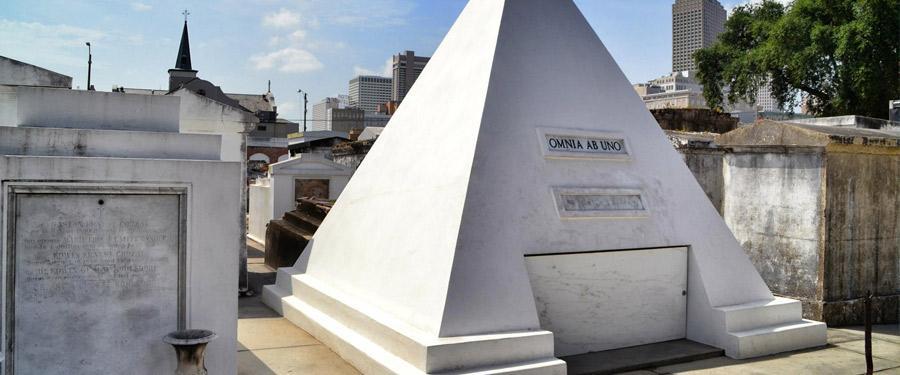 NOLA heeft enkele heel erg speciale begraafplaatsen... Dit is het toekomstige graf van Nicolas Cage!