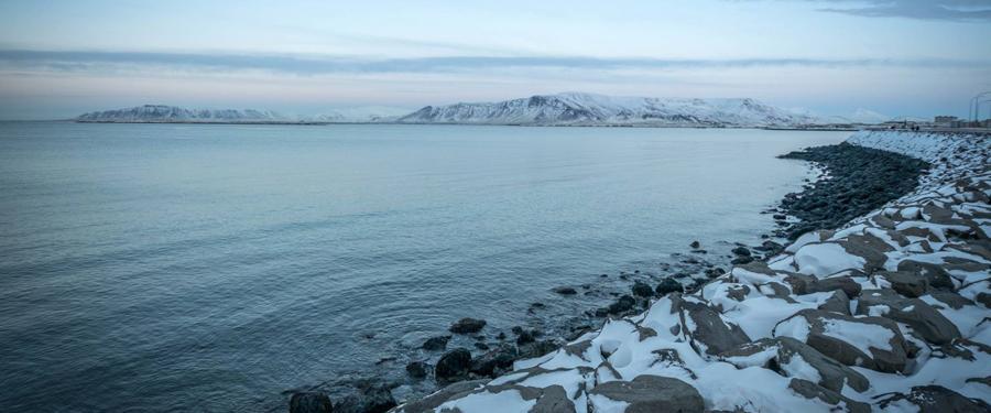 Het uitzicht van op de kade van Reykjavik. Slechts enkele kilometers verder ligt al dat natuurschoon!