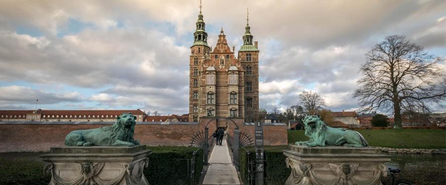 Het Rosenborg kasteel in Kopenhagen. De wachttijden voor binnen te gaan kunnen lang zijn!
