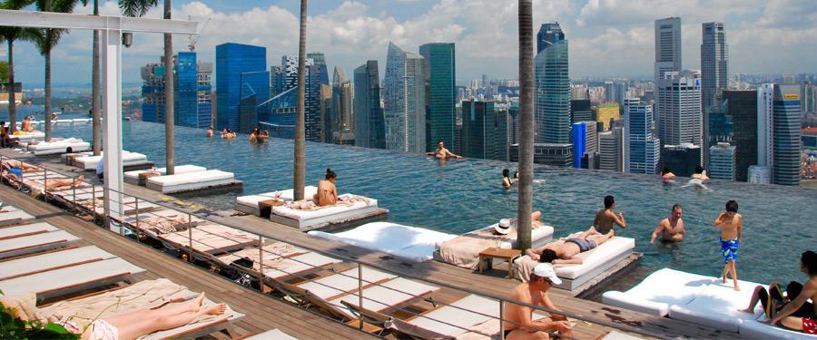 De infinity pool in Singapore. Een groot zwembad op het hoogste gebouw van Singapore. Zwemmen met een uitzicht, noemen ze dat!
