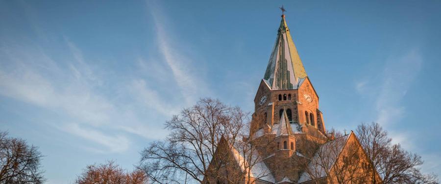 De Sofia Kyrka torent hoog uit boven de stad.