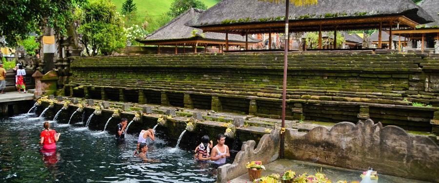 Ga baden in een heilige bron! Jezelf onderdompelen in Tampaksiring is een leuke ervaring.