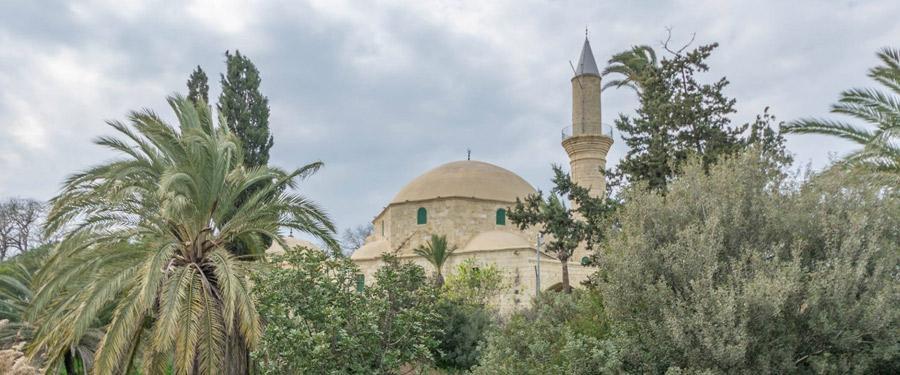 De Hala Sultan Tekke moskee ligt naast het meer waar jaarlijks duizenden flamingo's neerstrijken.