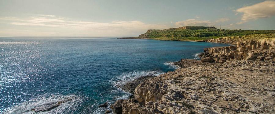 Cape Greco. Een indrukwekkende, rotsachtige kuststrook op tien minuten rijden van het stadscentrum.