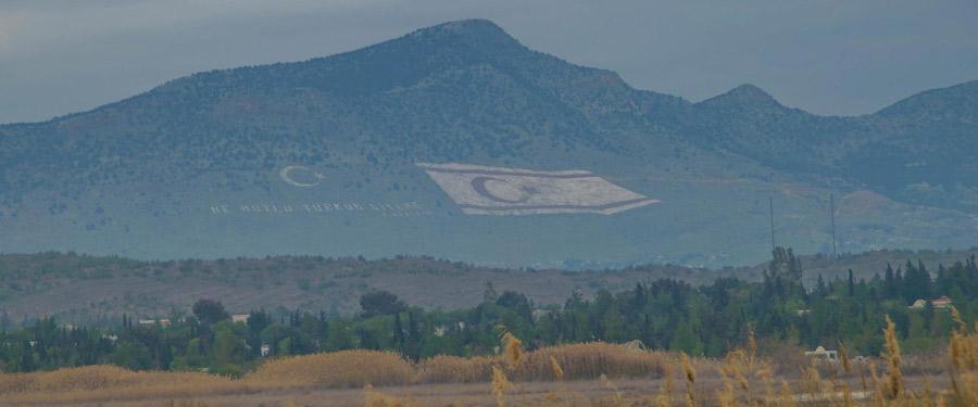 Op de heuvels die rond de stad liggen werd de Turkse vlag gigantisch groot geschilderd.