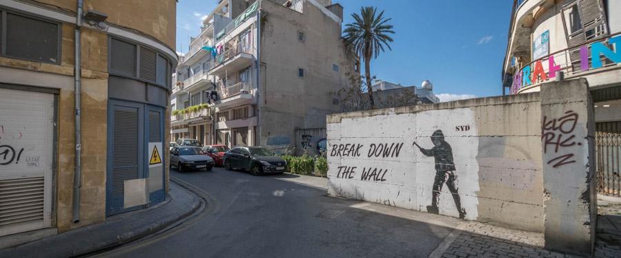 Grens tussen het Grieks Cypriotische en Turks Cypriotische deel in de hoofdstad van Cyprus. Dit is de enige verdeelde hoofdstad ter wereld!