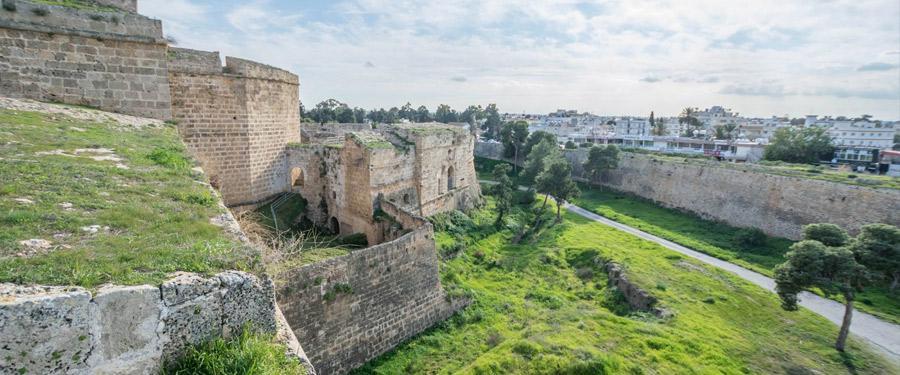 De omwalling rond Famagusta.