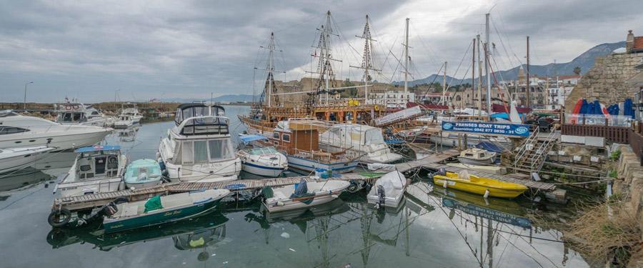 De haven van Kyrenia. Overvol met bootjes, vissen en afval...