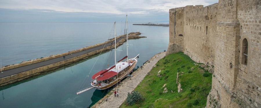 Vanop de kasteelomwalling van het kasteel van Girne zie je de mooie zee.