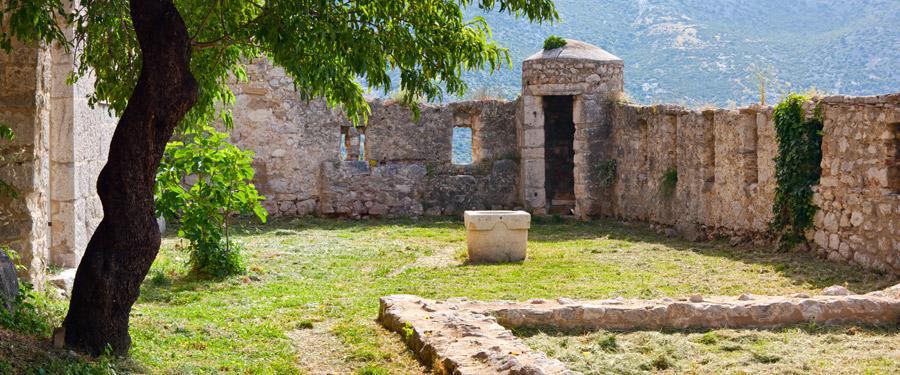 Het klis fort torent hoog uit boven Split.
