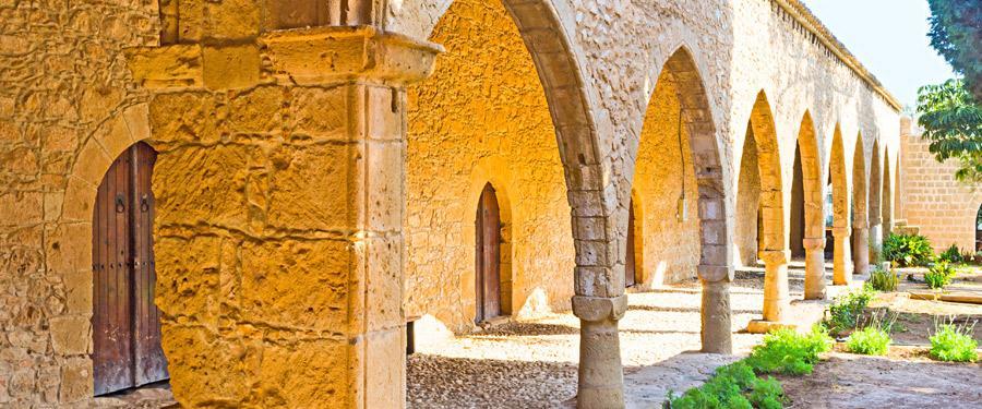 Het klooster van Ayia Napa, want die moeten er naast tal van clubs en bars ook zijn natuurlijk!