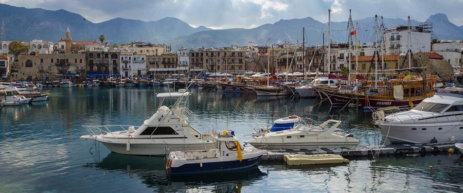 Luxueuze en minder luxueuze boten dobberen rond het kasteel van Kyrenia.