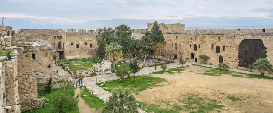 Het gigantische kasteel van Kyrenia! Daal af in de diepe kelders, beklim de omwallingen en geniet van het uitzicht.