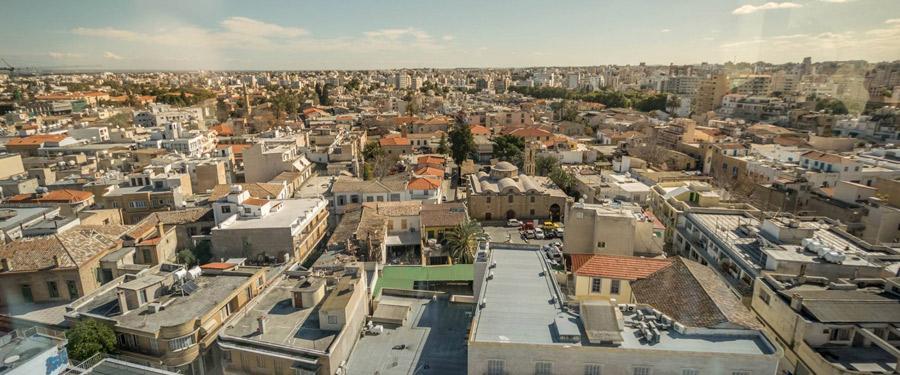 Een uitkijk boven de rode daken van Nicosia, de hoofdstad van Cyprus.