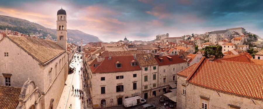 Binnenin de omwalling van de oude stad van Dubrovnik.