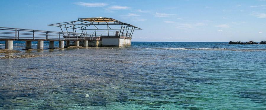 Ooit zat Palm Beach in Famagusta vol met zonnekloppers, maar nu is het een spookstrand geworden...