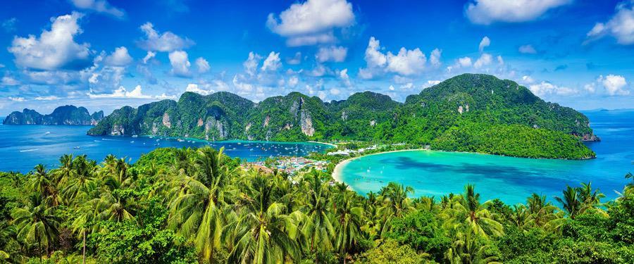 Vanuit het 'phi phi viewpoint' krijg je een ongeëvenaard uitzicht over de Phi Phi eilanden.