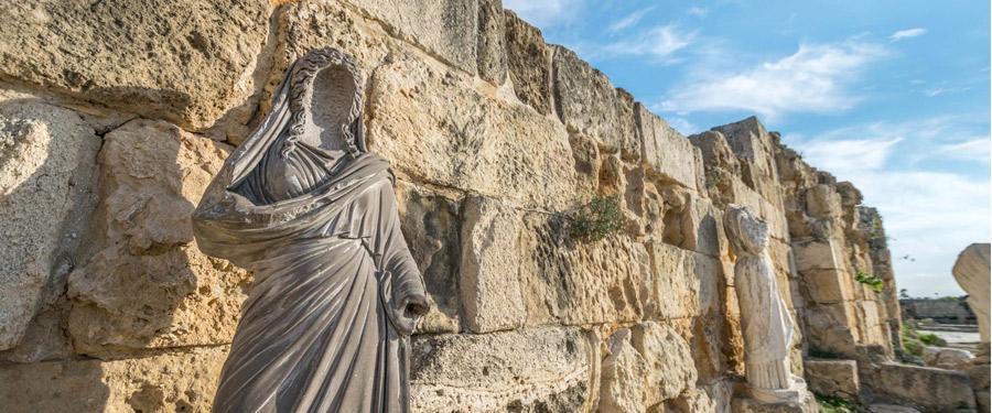 Salamis (in Famagusta) is een gigantische archeologisch park vlakbij Aiya Napa.