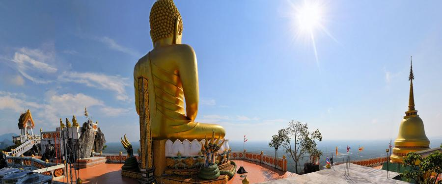 De 'tijgergrot tempel' of de tiger cave temple. Duizenden trapjes leiden naar een panoramisch uitzicht over Krabi.