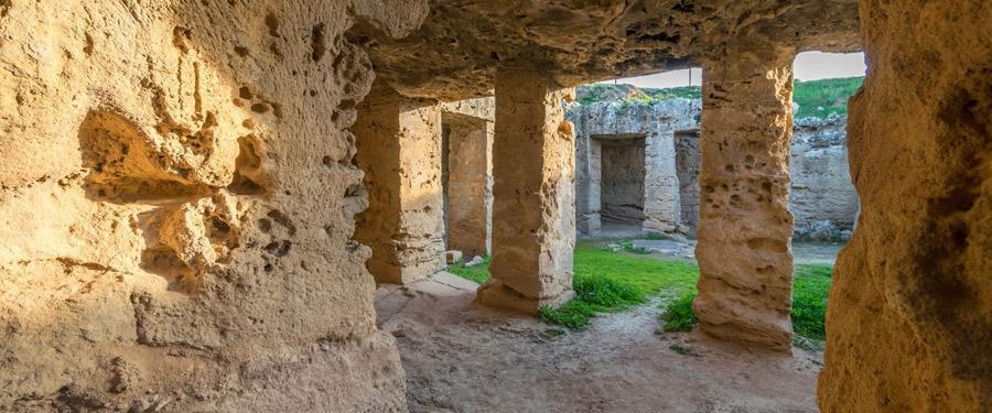 De koningstombes van Paphos (Tombs of the kings). Hier werden lang geleden heel wat machtige vorsten begraven!