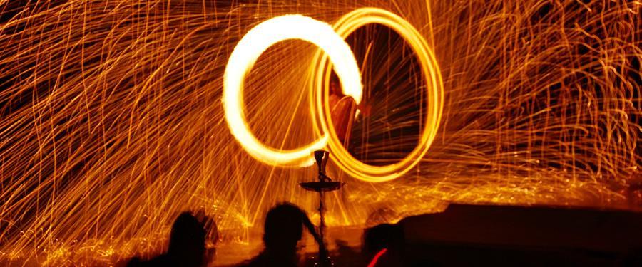 Op het het Phi Phi Don eiland wordt graag feest gevierd. Eén van de tradities is daar om 's avonds met vuur te dansen!