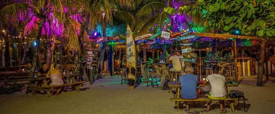 De Blue Curacao al geprobeerd? Bij een nachtje feesten hoort natuurlijk de lokale cocktail!