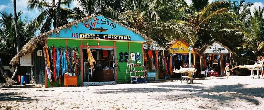 Kleurrijke en fleurige strandhutten verzekeren je dat je in de Caraïben bent!