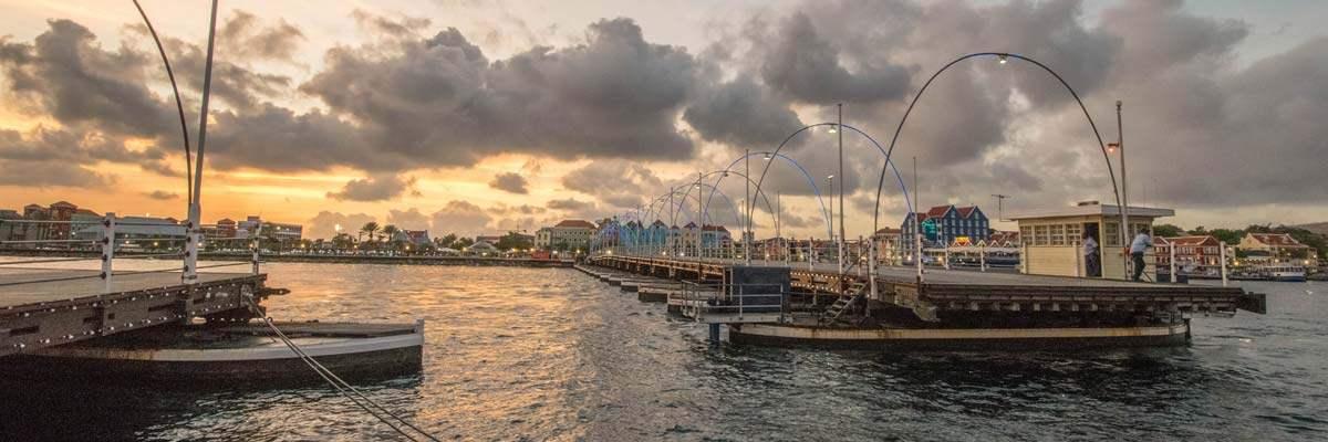 De Koningin Emma Brug in Curacao. Een brug die, als grote boten langskomen, helemaal naar de zijkant schuift.