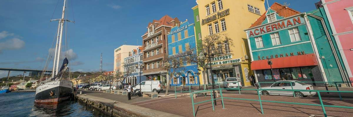 De kade in Willemstad, de hoofdstad van Curacao.