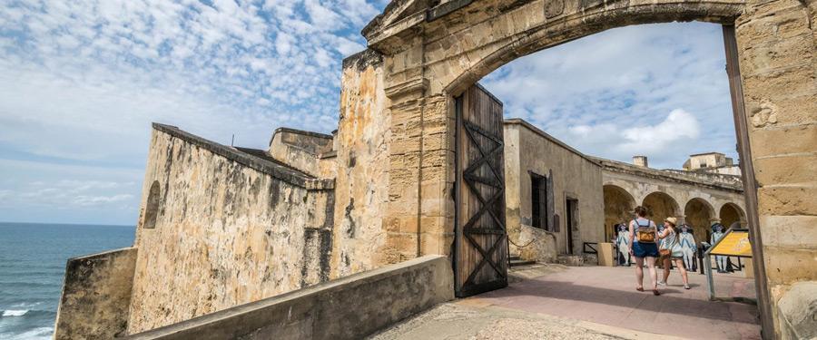 De toegangspoort naar het Castillo de San Cristobal.