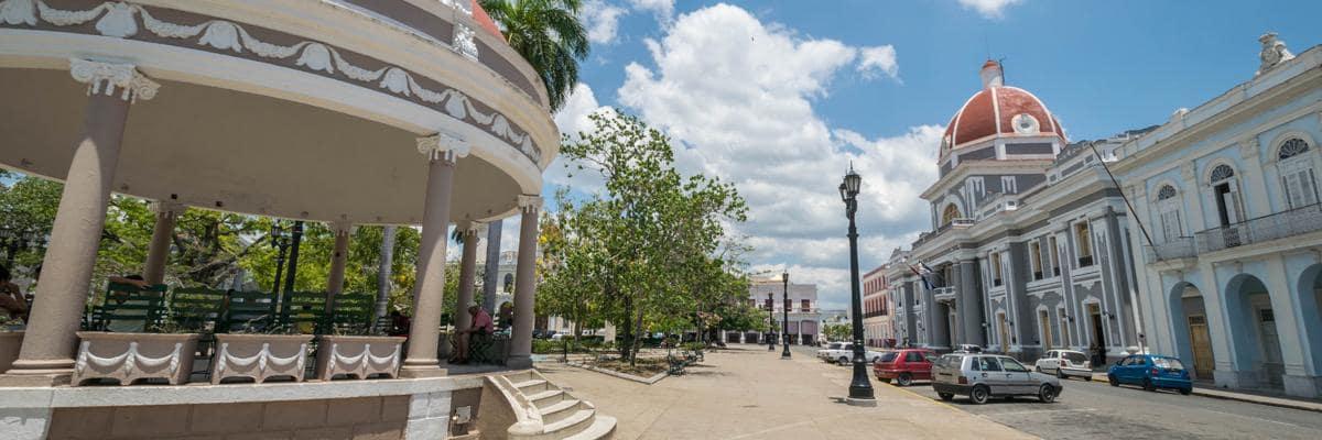 Het centrale plein in Cienfuegos.