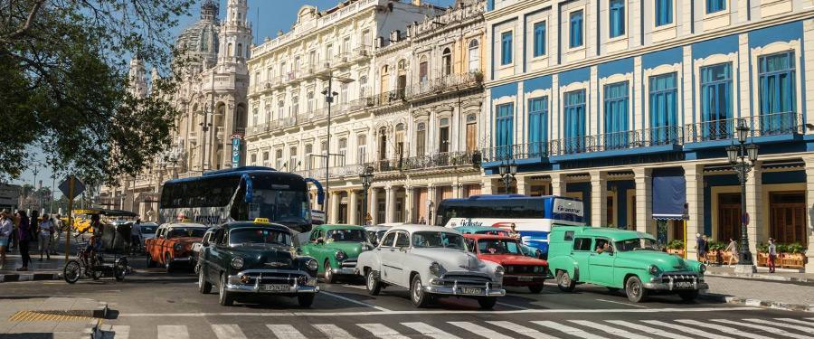 Prachtige oldtimers snorren rond in Havana.