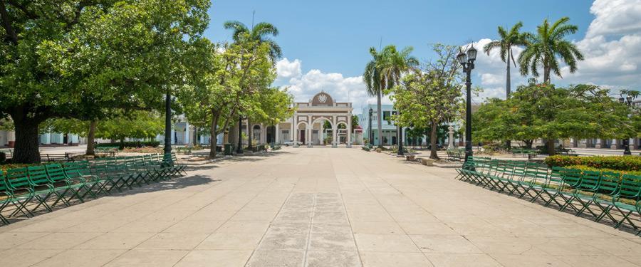 Het José Marti Plaza in Cienfuegos wordt omringd door historische gebouwen.