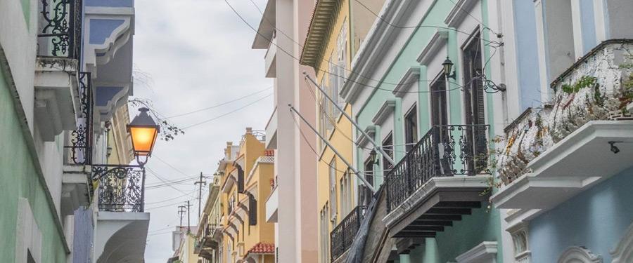 Kleurrijke huizen sieren het oude stadsgedeelte van de hoofdstad van Puerto Rico, San Juan.