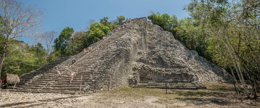 De Koba tempel, een populaire daguitstap vanuit Cancun.