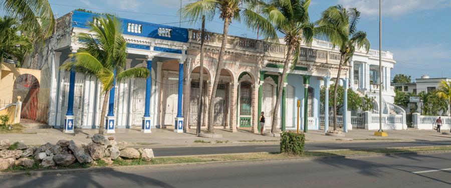 Enkele mooie gebouwen langs de malécon van Cienfuegos.